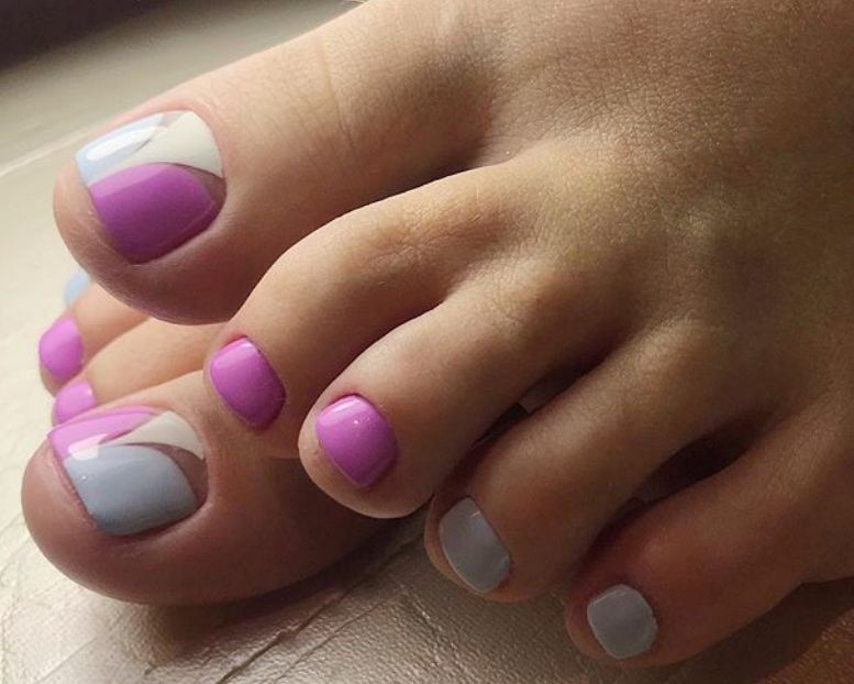 Малиново-серый педикюр с акцентом на трехцветный большой палец