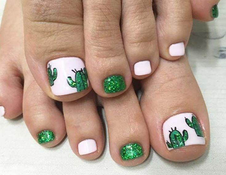 Бело-зеленый педикюр с кактусами на больших пальцах