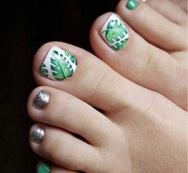 Серебристо-зеленый дизайн с листочками на белом большом пальце