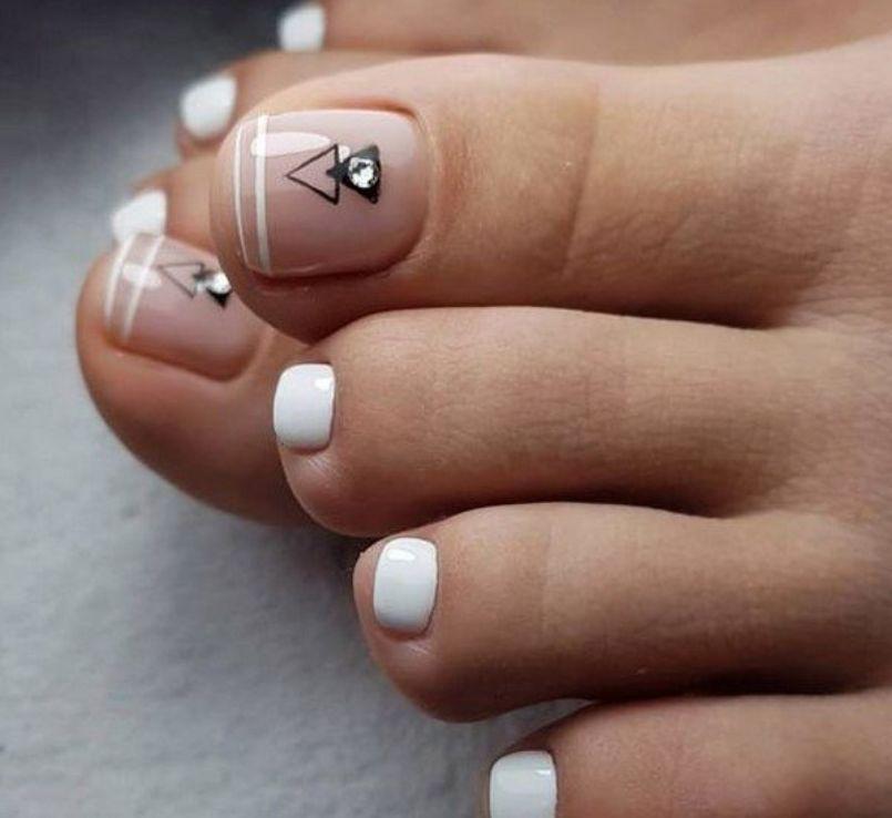 Белый маникюр с геометрией на большом пальце на нюдовом оттенке