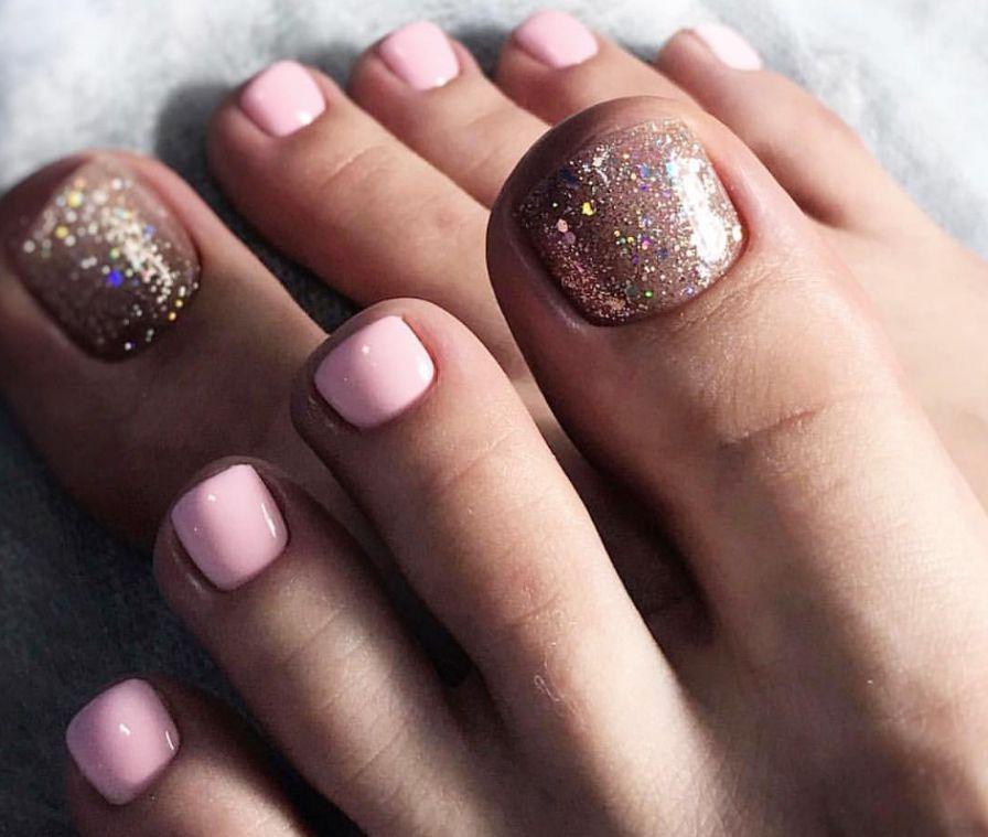 Нежный розовый педикюр с голографическими цветными блестками на большом пальце