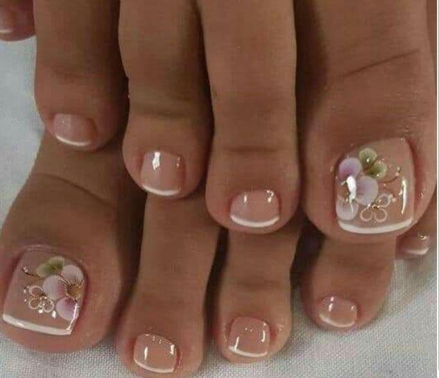 Нежный французский педикюр с цветочками на большом пальце