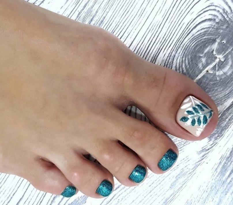 Серебристо-зеленый дизайн с листочками на большом пальце