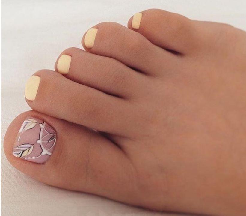 Однотонный педикюр с рисунком на одном ногте