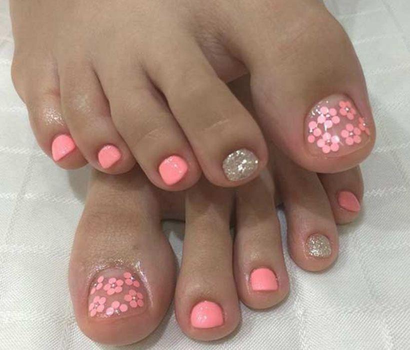 Розовый маникюр с одним серебристым пальцем и цветочками на прозрачном лаке больших пальцев