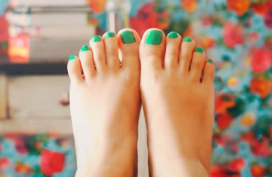 Однотонный педикюр зеленого цвета
