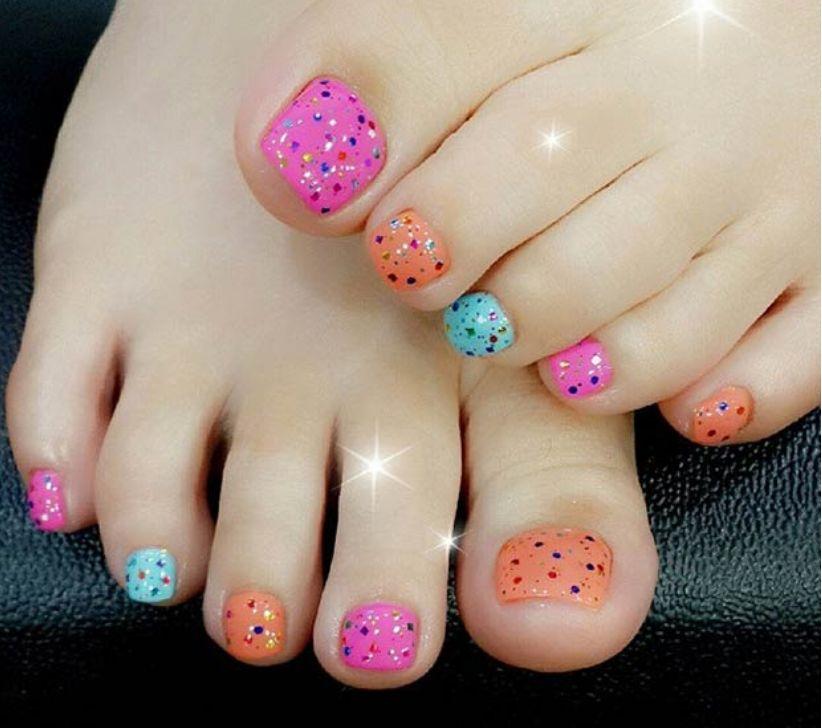 Модный педикюр - разноцветные ноготки