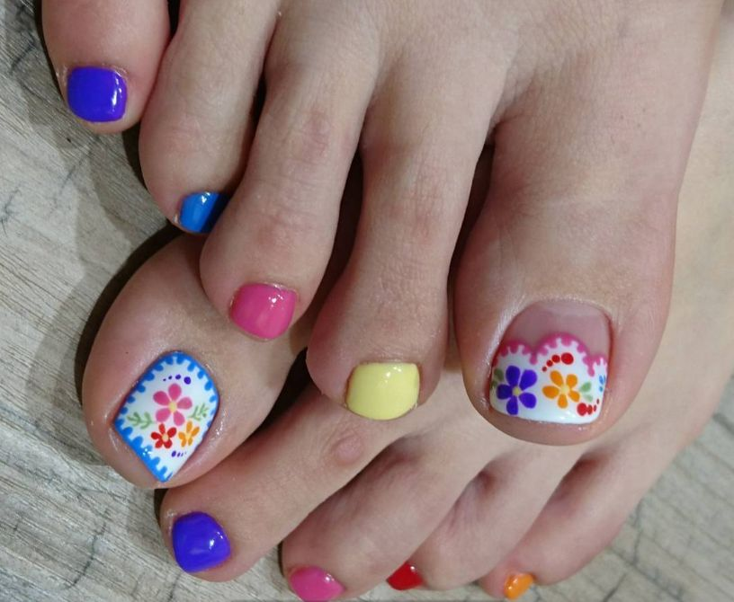 Разноцветный дизайн педикюра с акцентом на узор ногтя большого пальца