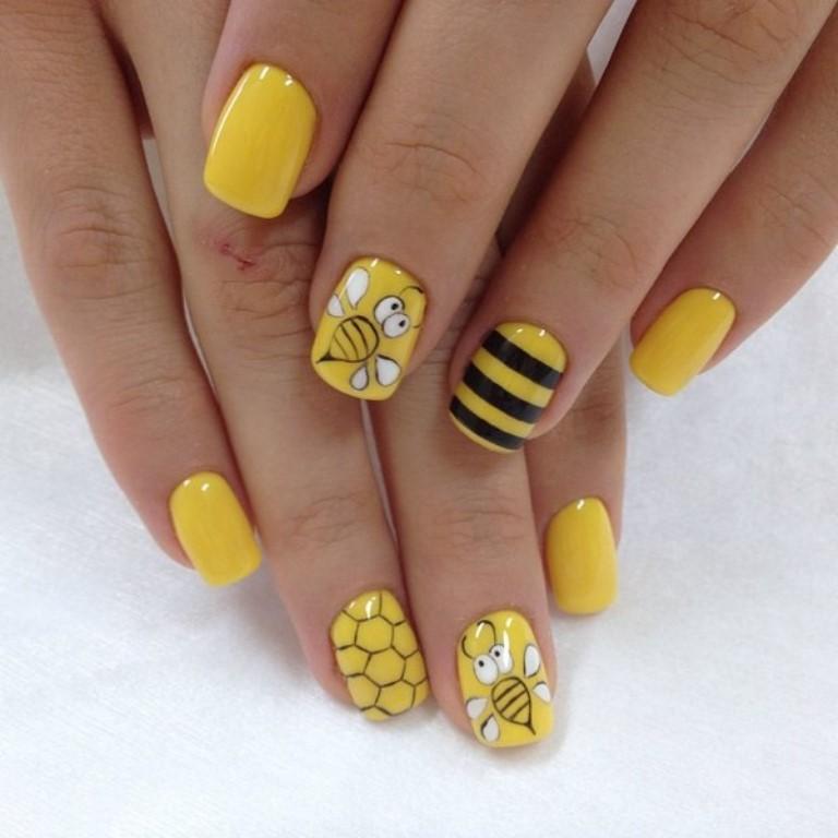 Интересная идея маникюра с пчелой