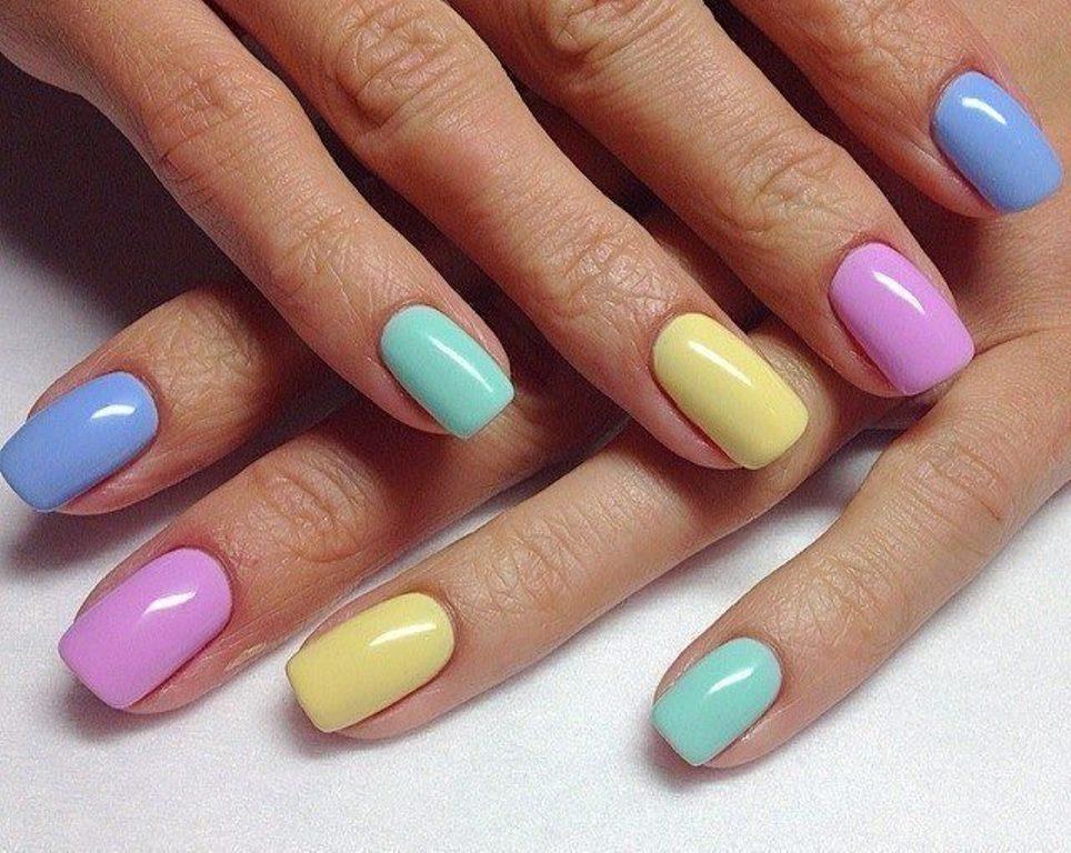 Летний разноцветный маникюр на короткие ногти