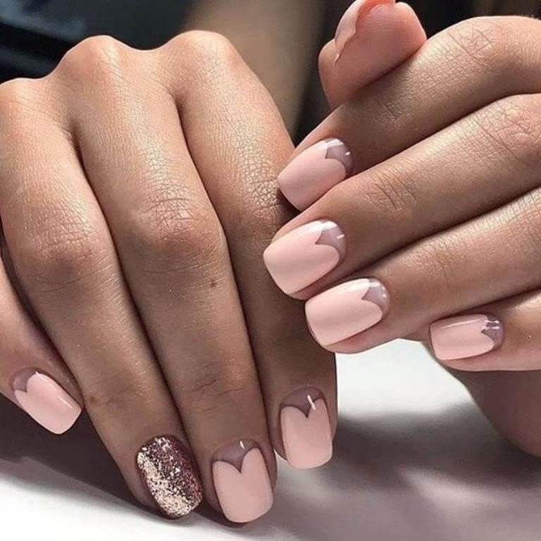 Лунки-сердечки и декор безымянного пальца – розовый маникюр для лета