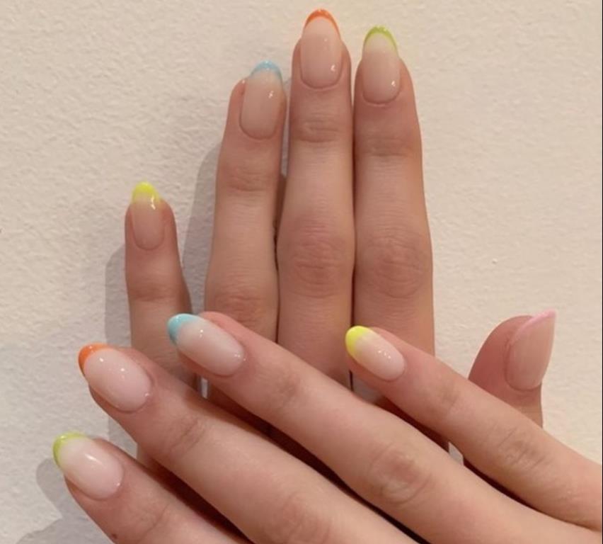Неоновый летний нейл-арт - разноцветный френч