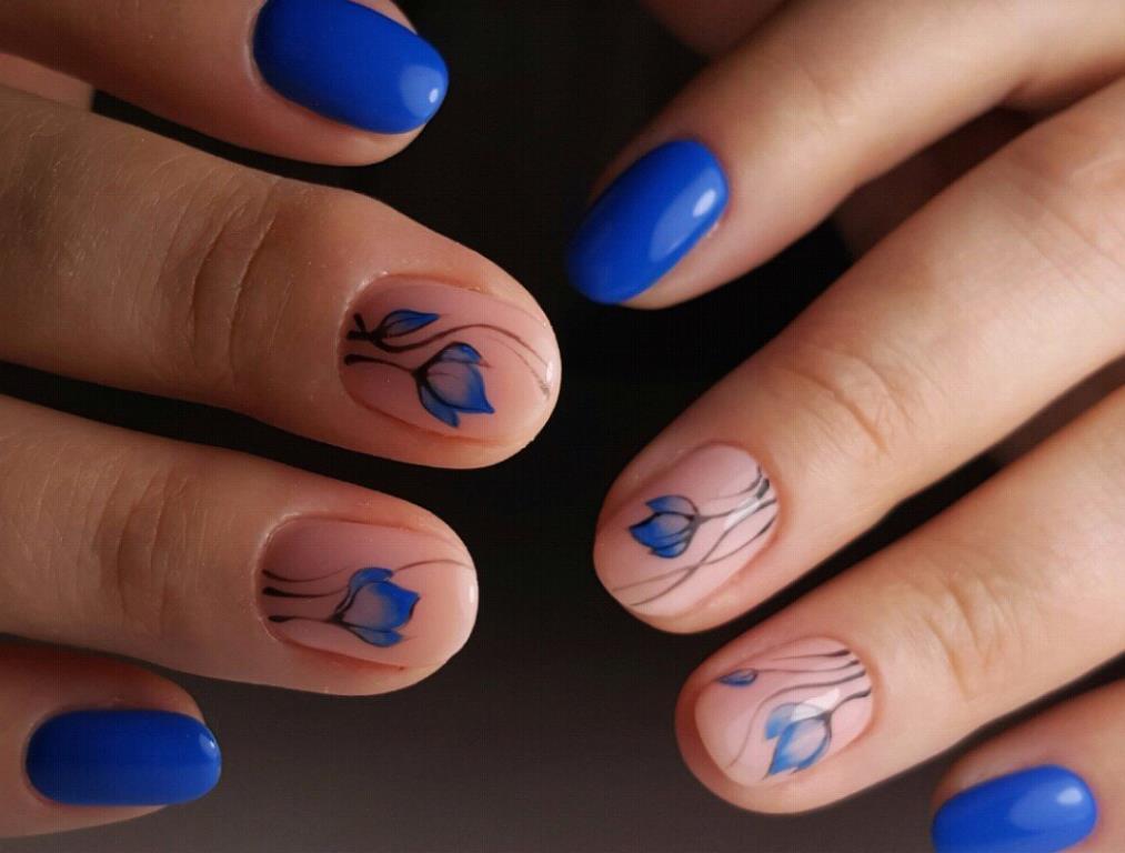 Синие цветы на розовом в синем маникюре