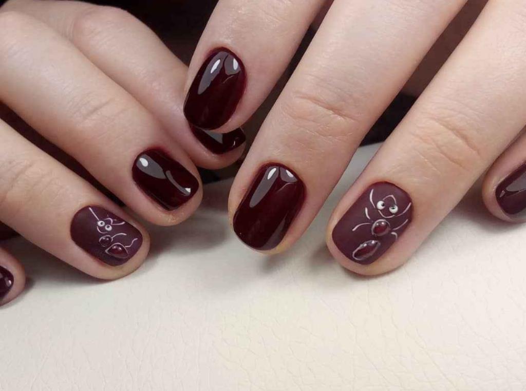 Муравей на безымянном пальце – темный маникюр