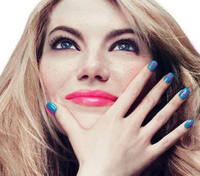 Ярко-синие ногти, на которых розовым лаком написано Emma (маникюр Эммы Стоун)