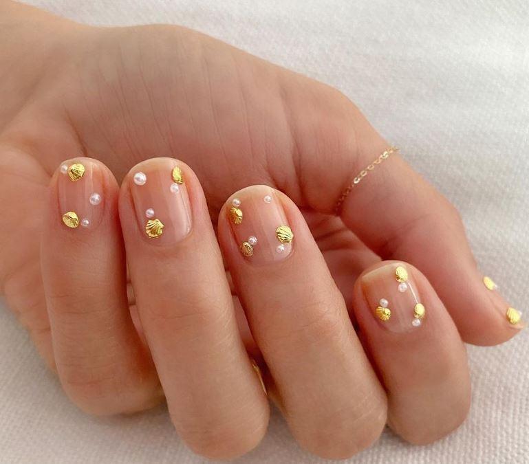 Золотые ракушки и жемчуг - негатив спейс