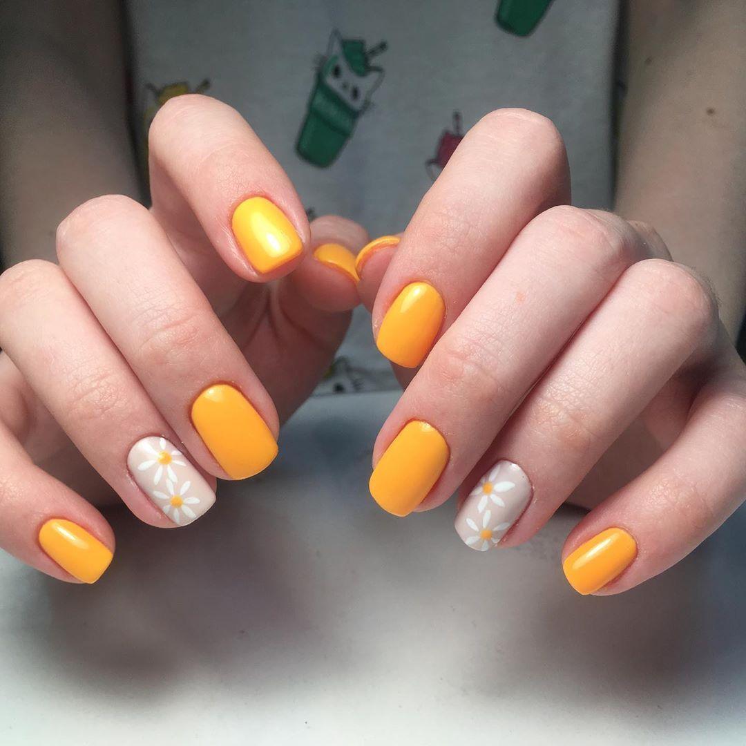 Желтый маникюр с ромашками