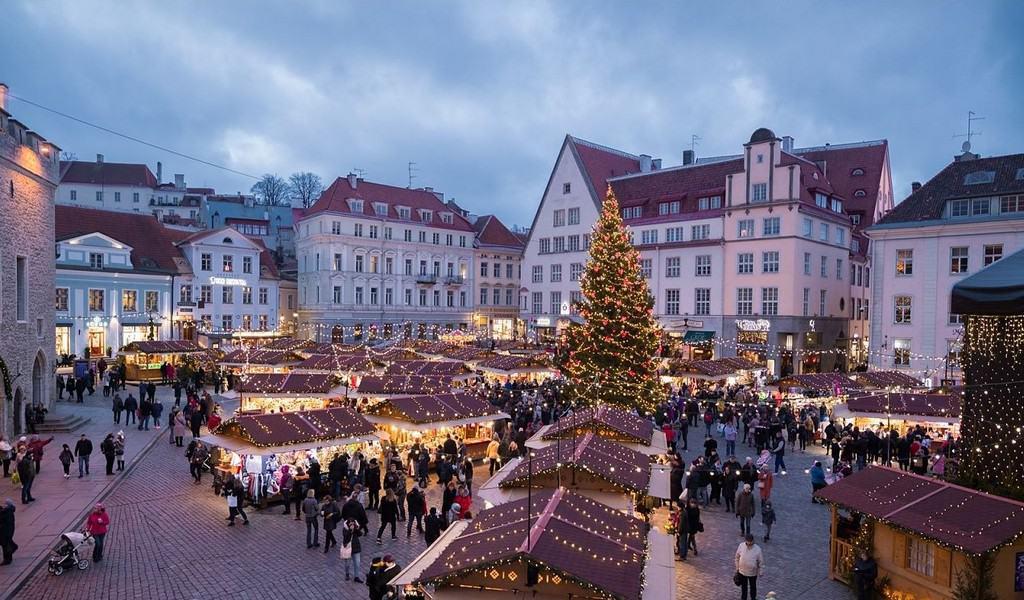 Ратушная площадь Таллинна (Raekoja plats) на Рождество Таллин (Эстония)