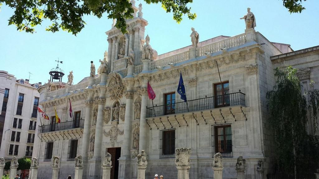 Церковь Сан-Бенито-эль-Вьехо (La Iglesia de San Benito el Viejo) и Каса-дель-Соль (Casa del Sol)