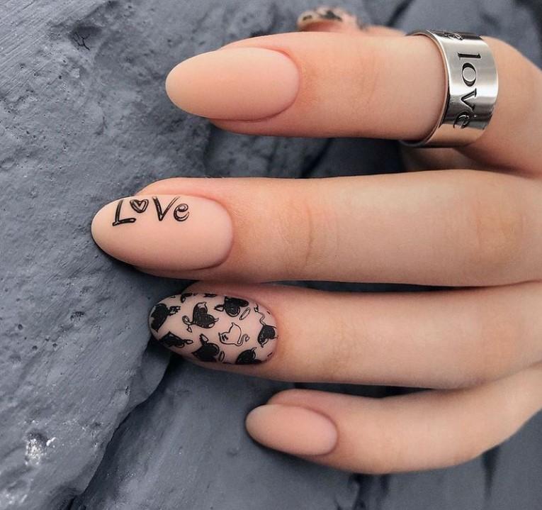 Маникюр с надписью - LOVE