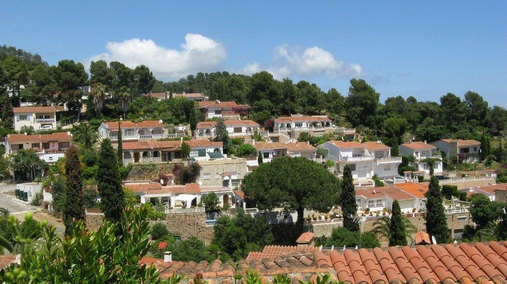 Виллы с черепичными крышами, Коста Брава