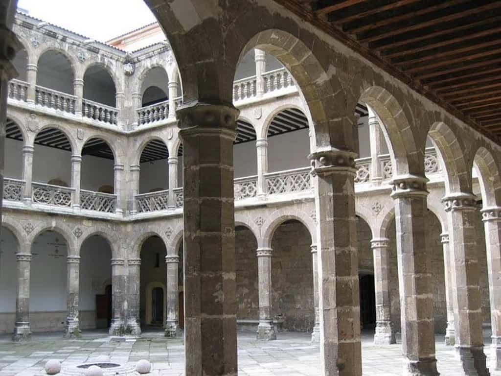 Внутренний двор - Дворец Санта Крус