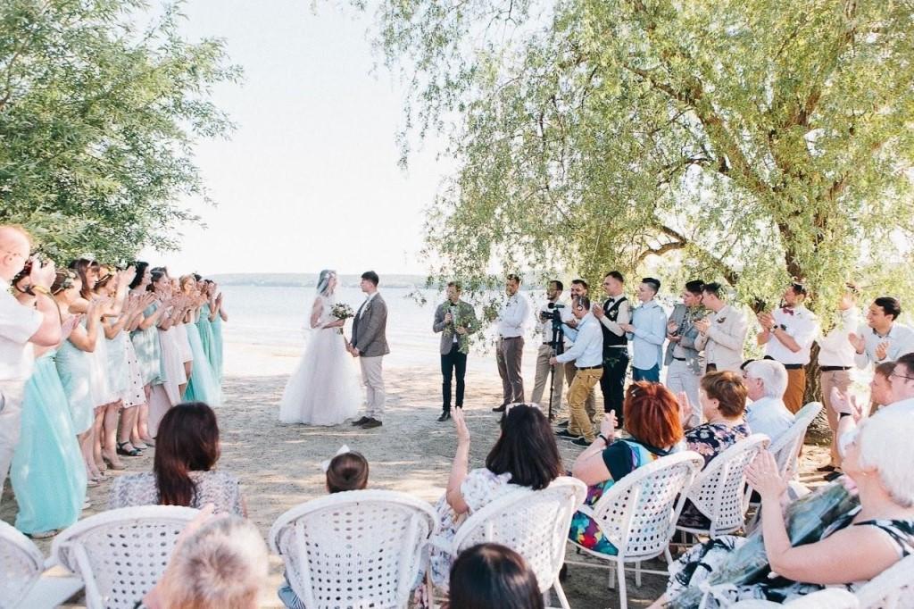 Отпраздновать свадьбу можно и на берегу реки