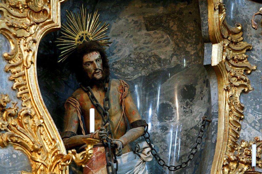 Деревянная фигура бичуемого Христа
