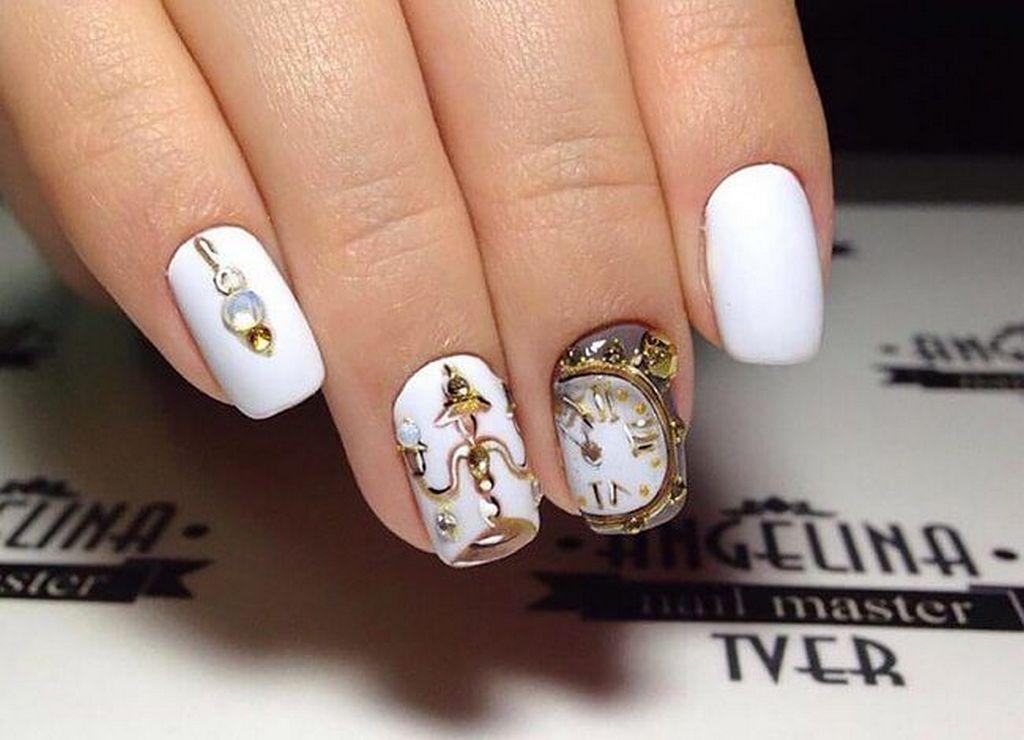 Новогодний дизайн ногтей с изображением циферблата