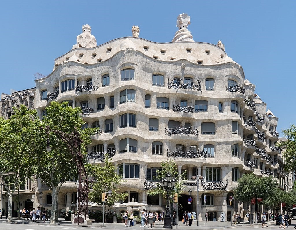 Дом Мила, широко известен как La Pedrera (Антонио Гауди)
