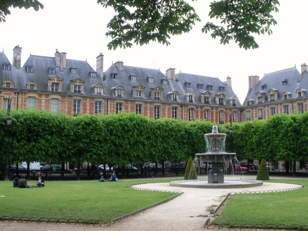 Площадь Вогезов (Place des Vosges), Париж - интересные достопримечательности