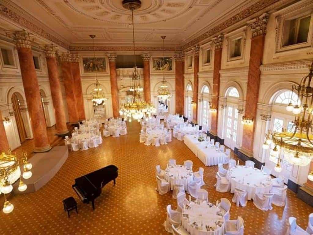 Всемирно известный зал с помпезными хрустальными люстрами ручной работы
